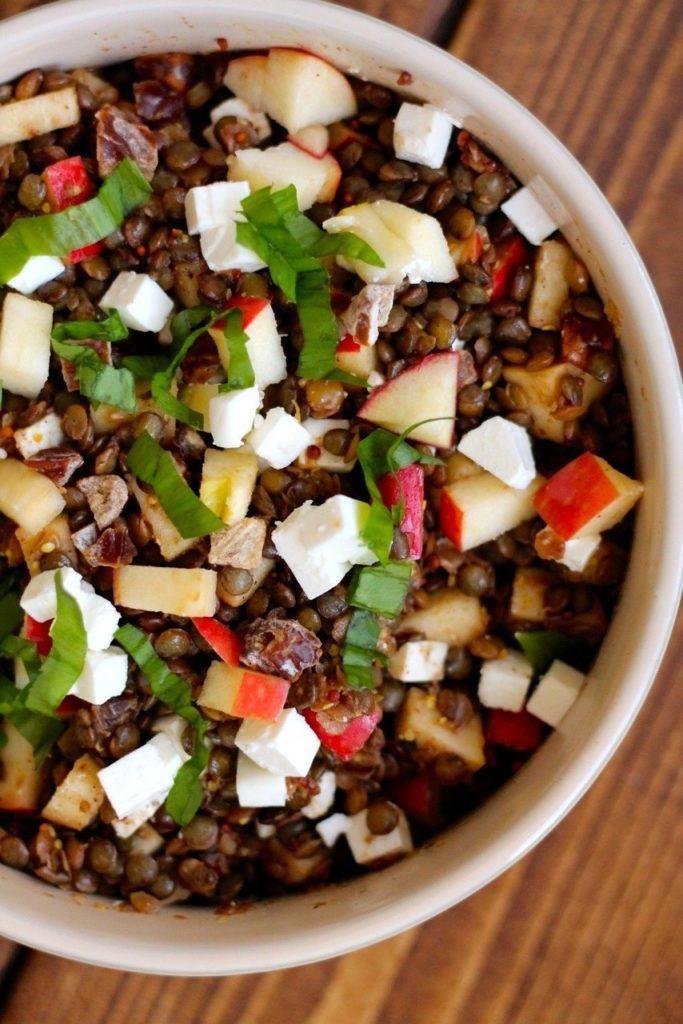 Krydret linsesalat med æbler, dadler og feta
