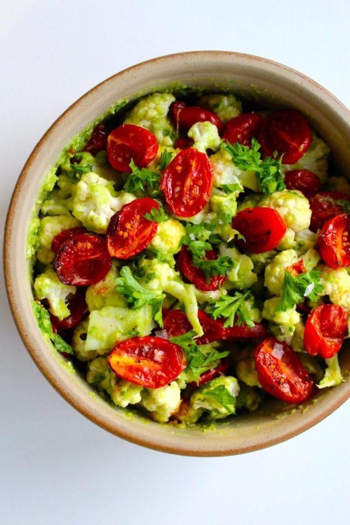 Blomkålssalat med avocadocreme og langtidsbagte tomater