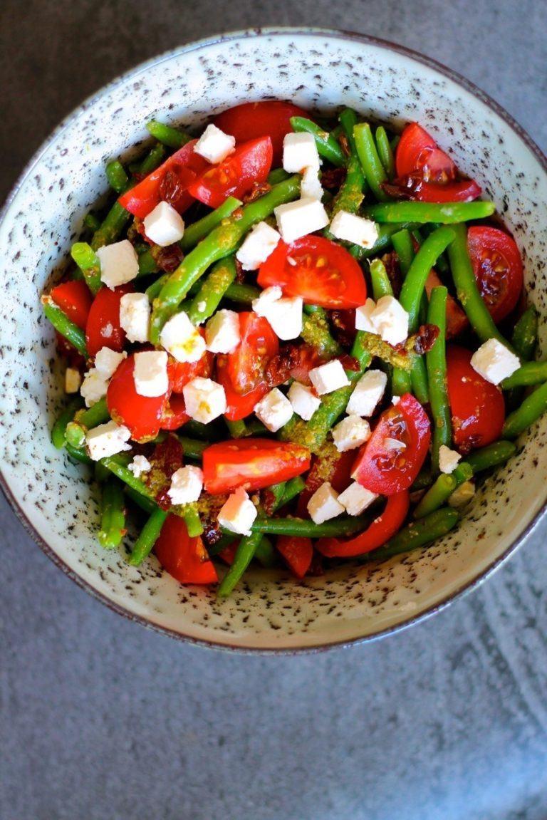 Bønnesalat med feta, pesto og tomater