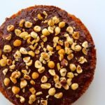 Banankage med chokoladeganache og ristede hasselnødder