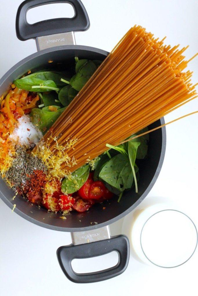 One pot pasta med chorizo, tomater, hvidløg og spinat