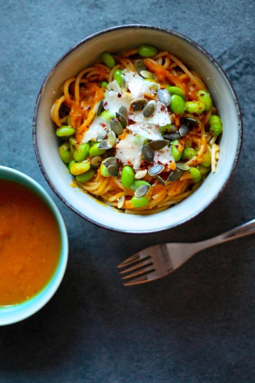 Cremet pasta med græskarsauce, edamamebønner og parmesan