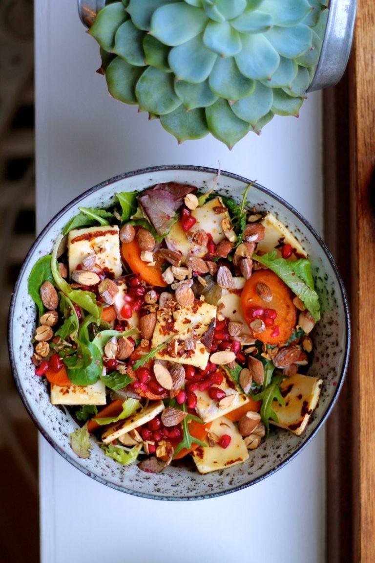Salat med gulerødder, granatæble, grillost og saltmandler