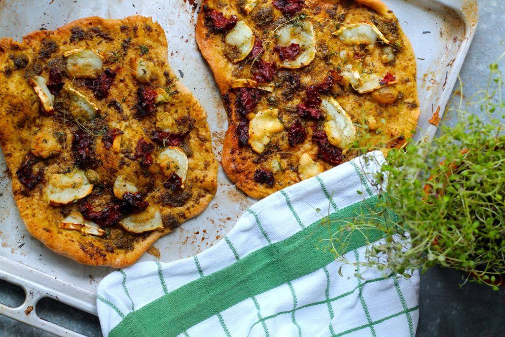 Nem pizza med pesto, gedeost og soltørrede tomater