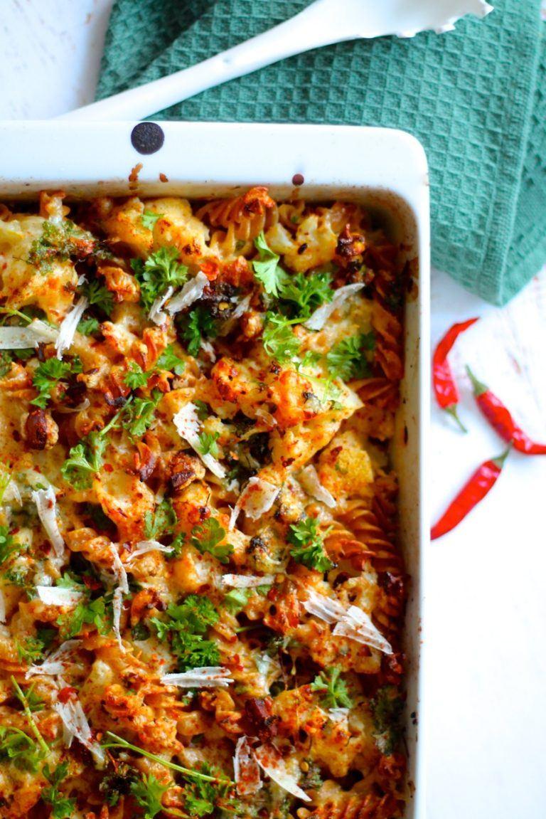 Bagt pasta med blomkål, chorizo og ost