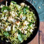 Pasta med gorgonzola-sauce, blomkål og pinjekerner
