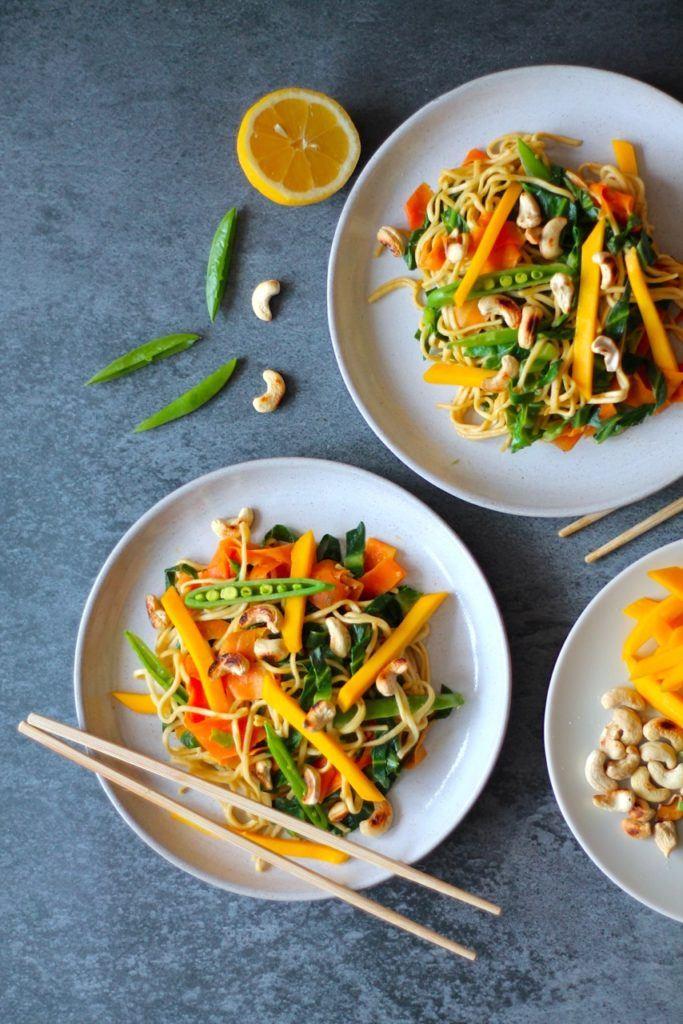 Wok med nudler, grøntsager og cashewnødder