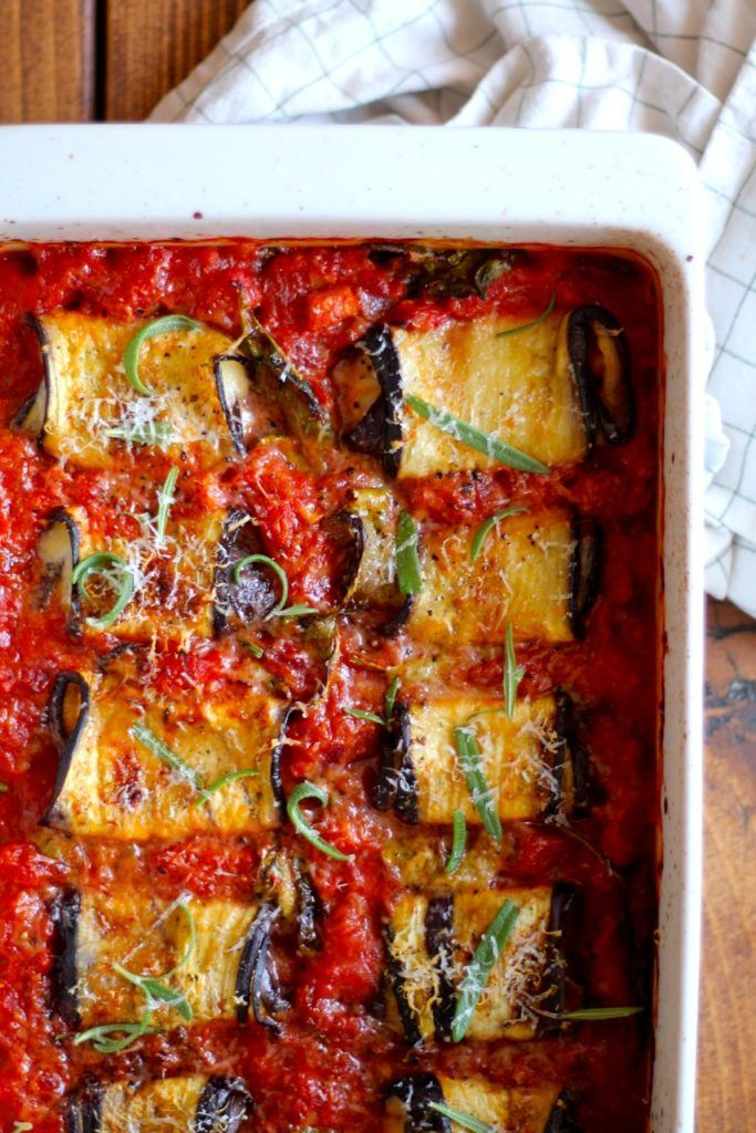 Aubergineruller med mozzarella, spinat og tomatsauce