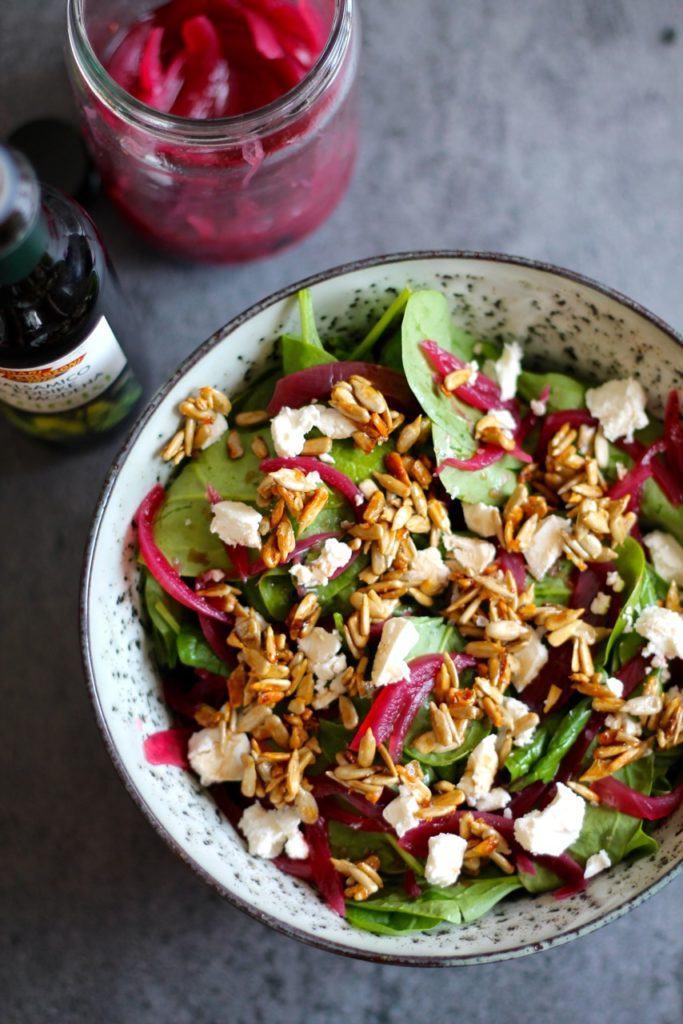 Spinatsalat med syltede rødløg, honningristede kerner og balsamico