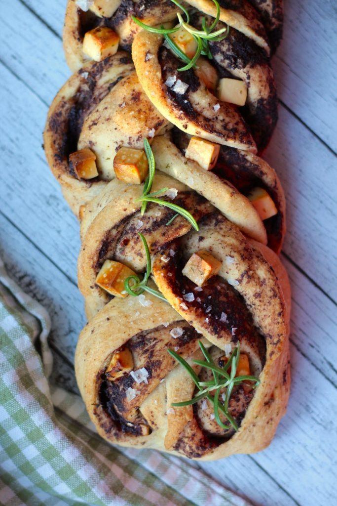 Snoet brød med feta og oliventapenade