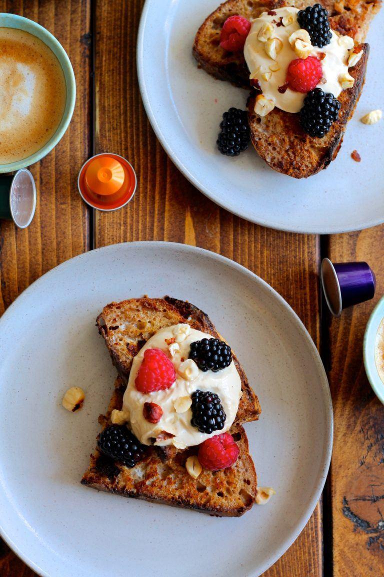 French toast med kaffe-mascarpone creme og friske bær