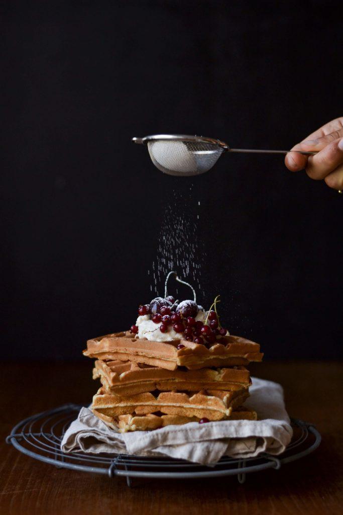 Vafler med marcipan, mascarpone og bær