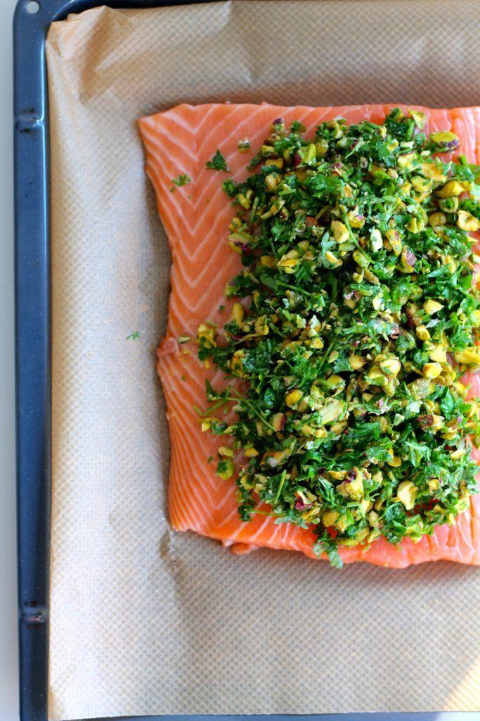 Ovnbagt laks med topping af krydderurter og pistacienødder