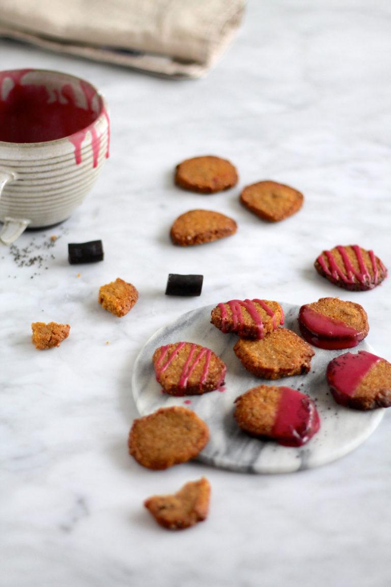 Lakridssmåkager med syrlig kirsebær-glasur