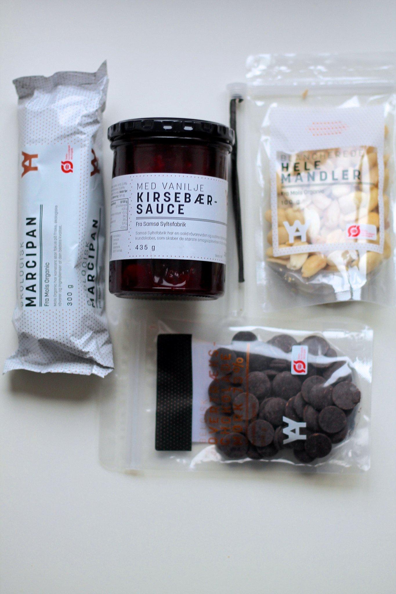 Is a la mande / juleis med marcipan, mandler og kirsebærsauce