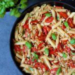 Vegetarisk pasta med bagte tomater, peberfrugt og fløde