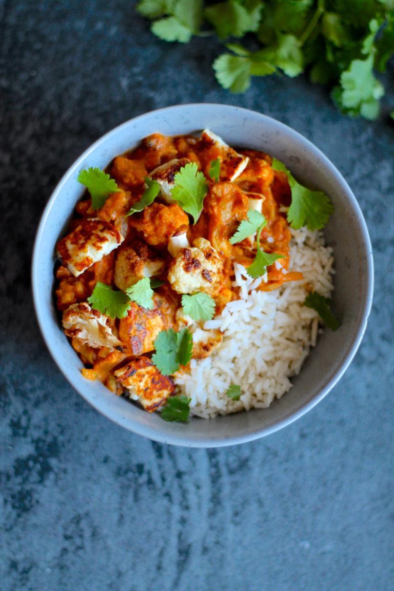 Vegetarisk curry med halloumi og ovnristede blomkål