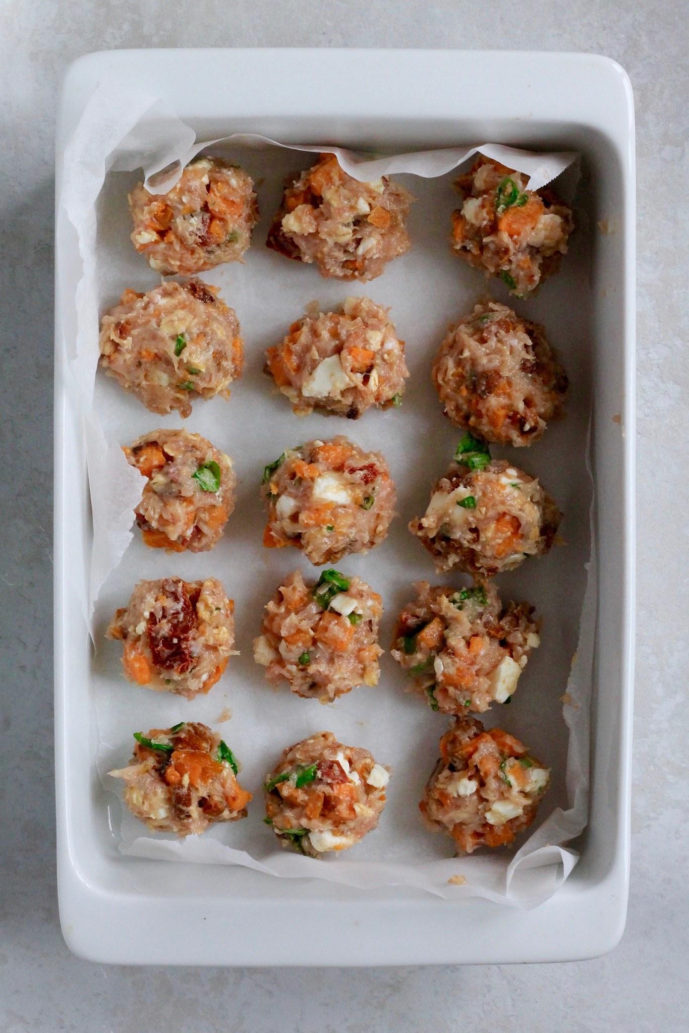 Ovnbagte kødboller med feta, søde kartofler og soltørrede tomater