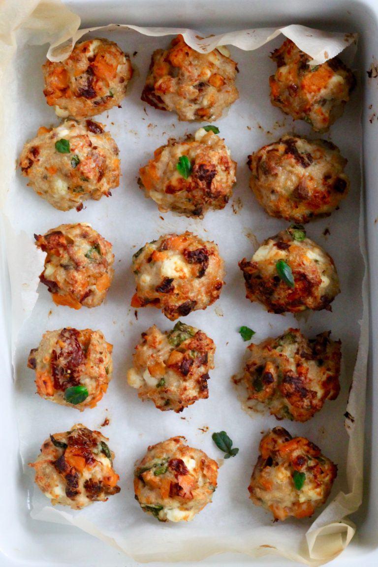 Ovnbagte kyllingefrikadeller med feta, søde kartofler og soltørrede tomater