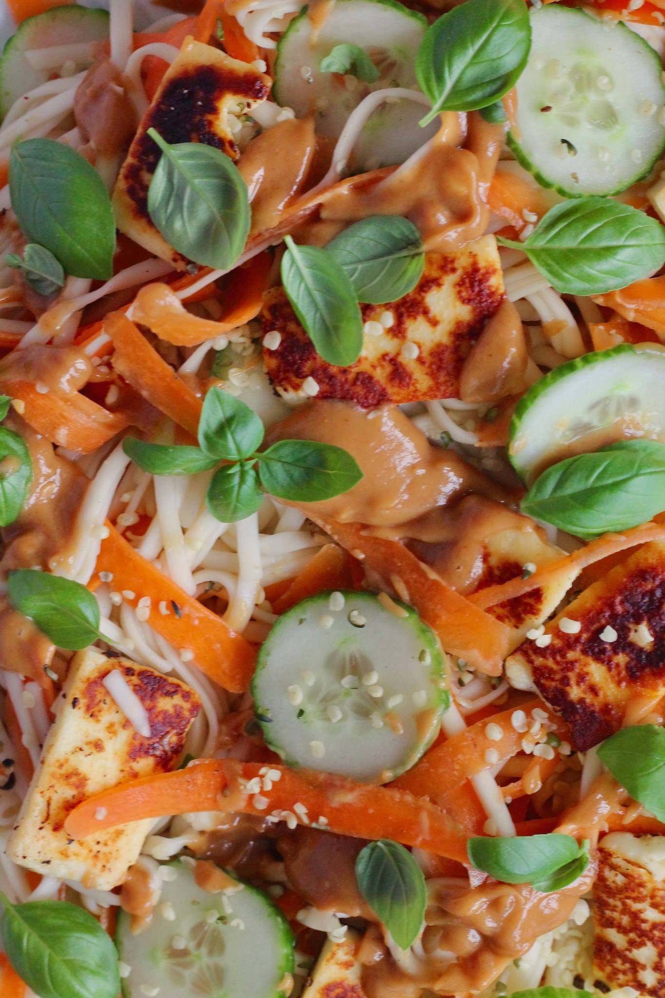 Kold nudelsalat med halloumi, grøntsager og peanutbutterdressing