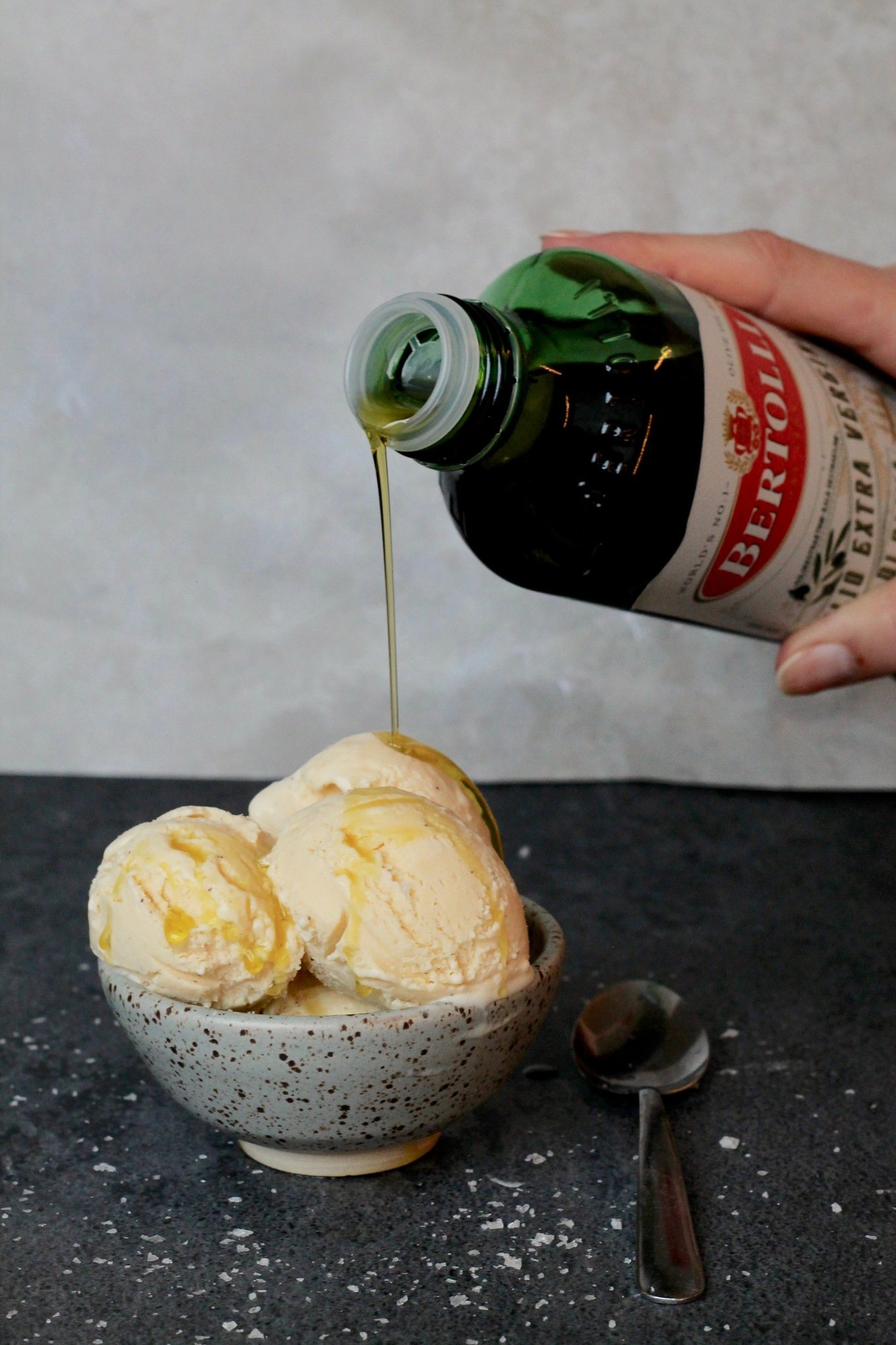 Hjemmelavet vaniljeis med olivenolie og flagesalt