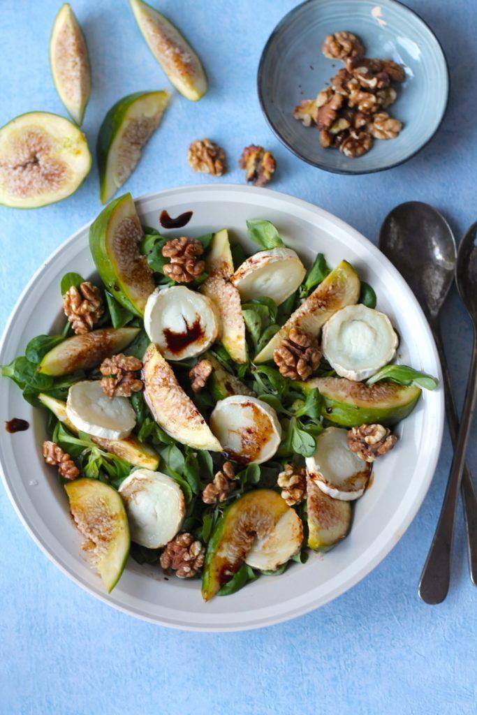 Gedeost salat med friske figner, valnødder og balsamico-glace