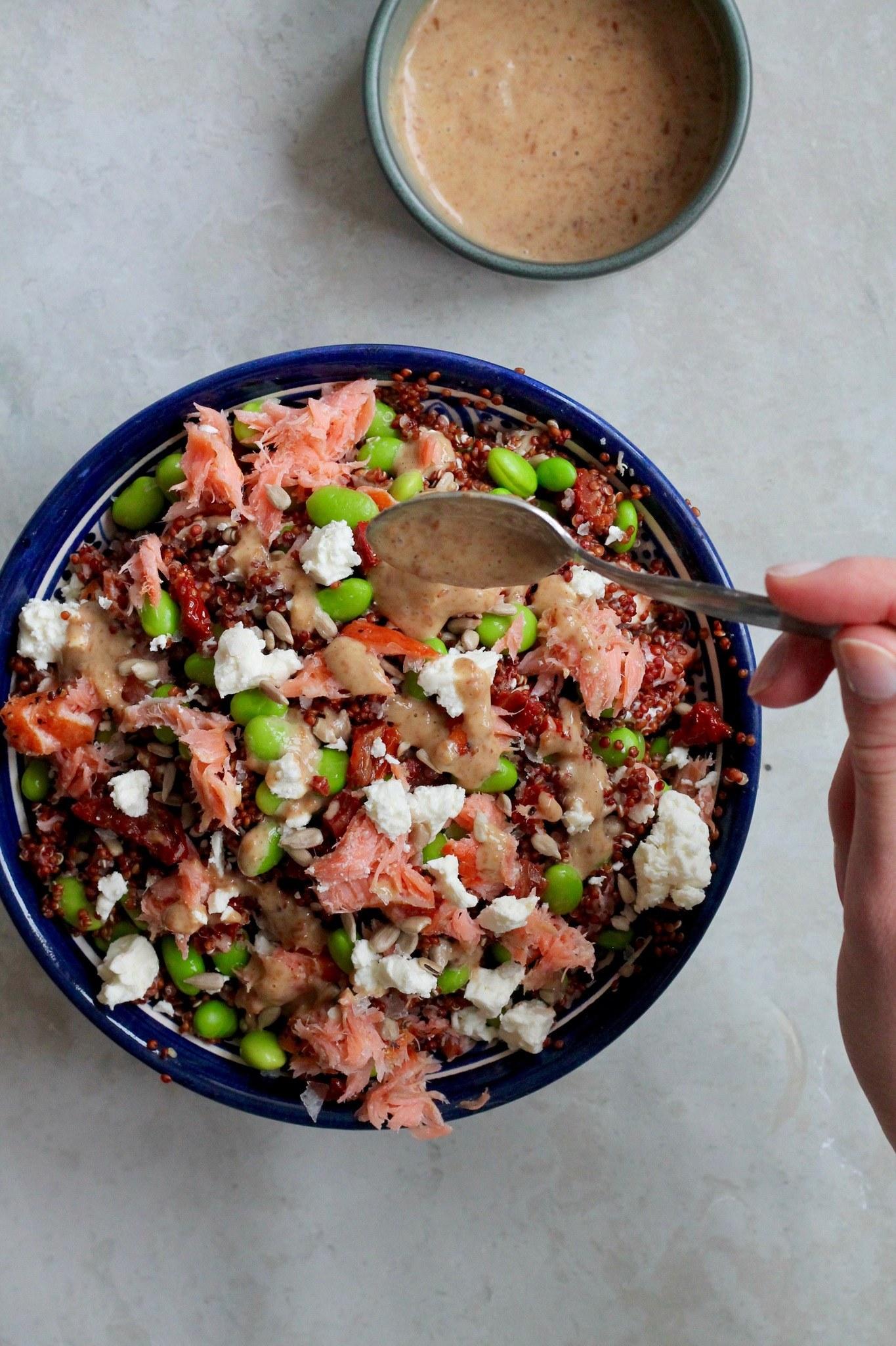 Quinoasalat med varmrøget laks, feta, edamamebønner og gomadressing