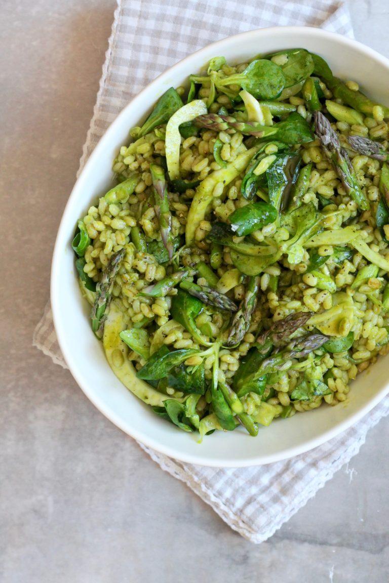 Perlebygsalat med asparges, fennikel og urtedressing