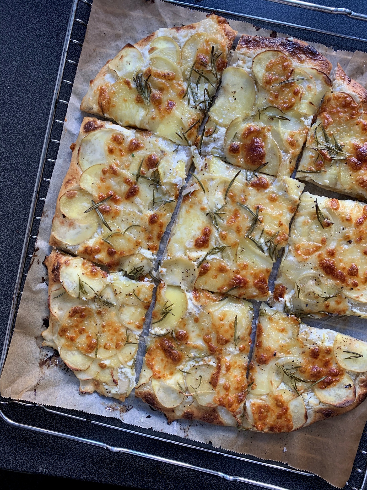Kartoffelpizza med mascarpone og rosmarin