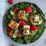 Salat med honningbagt feta, avocado og jordbær