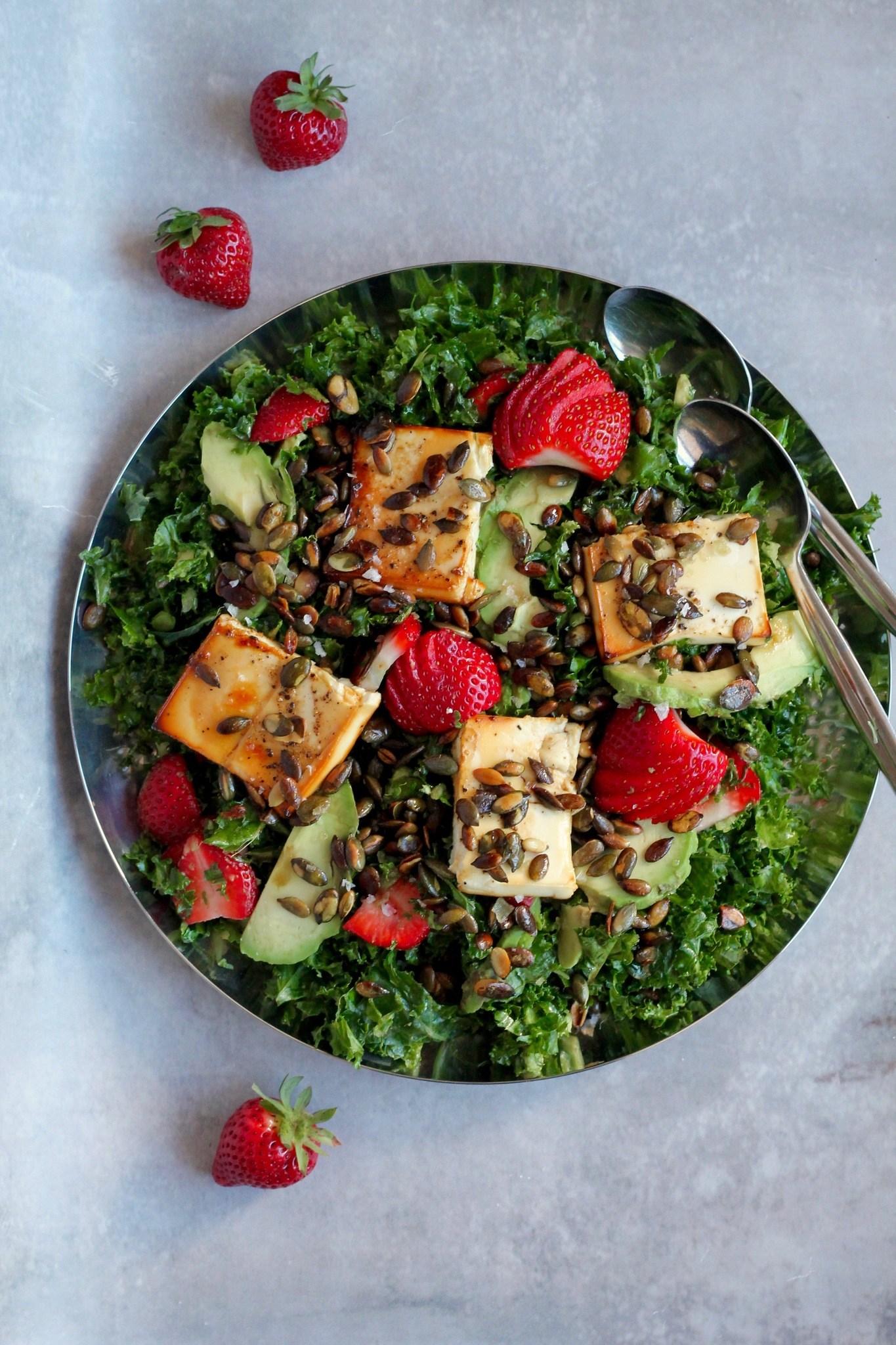 Grønkålssalat med honningbagt feta, avocado og jordbær