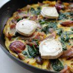 Omelet med spinat, løg og gedeost