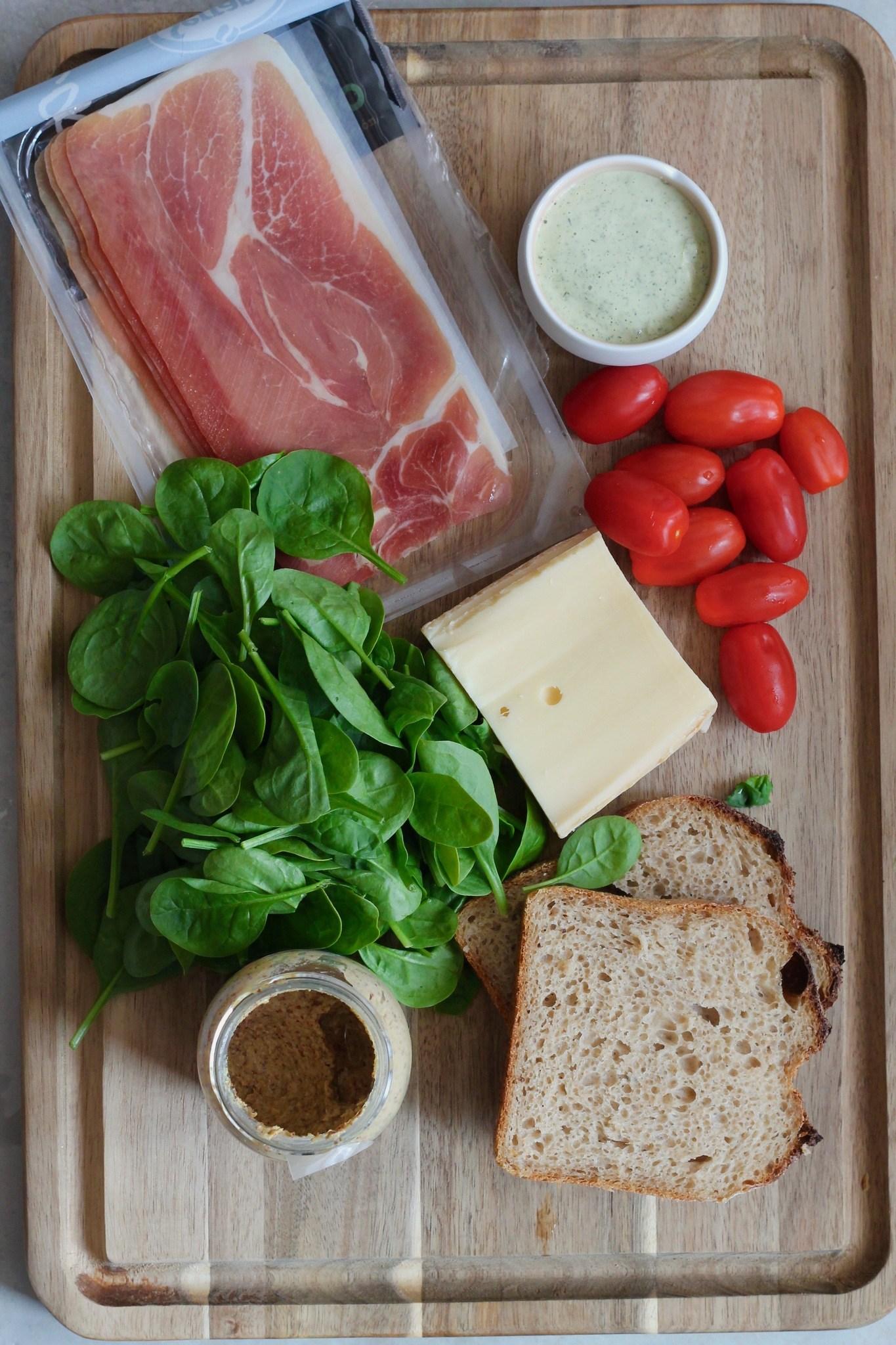 Grøn toast med ost, skinke og estragonmayo