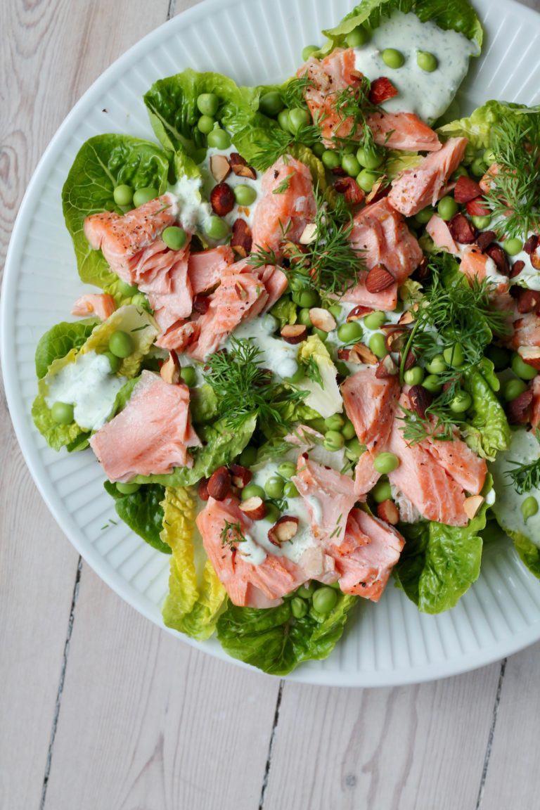 Salat med laks, ærter og dilddressing