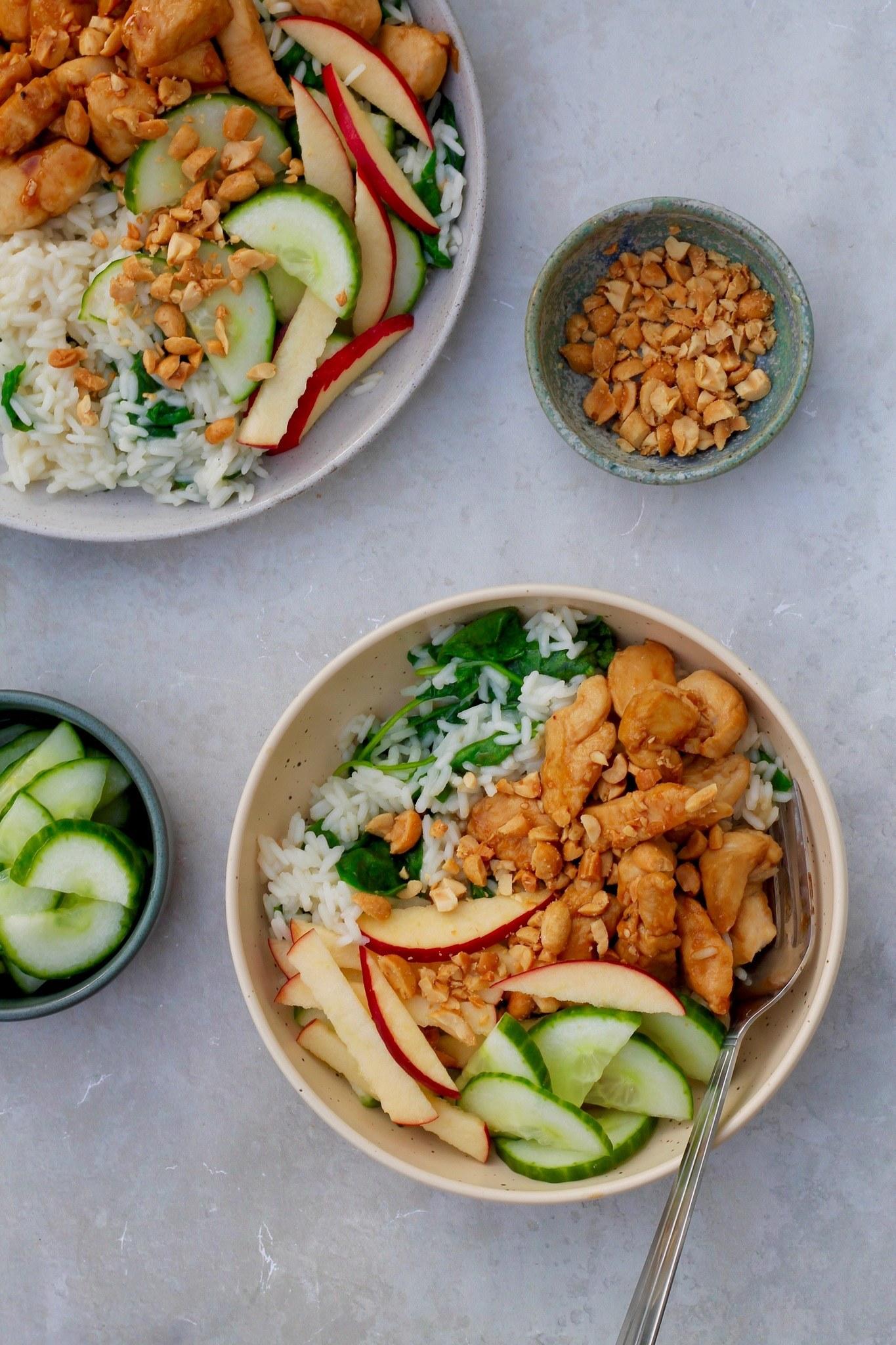 Honning- og soyamarineret kylling med hvidløgsris og lynsyltede agurker