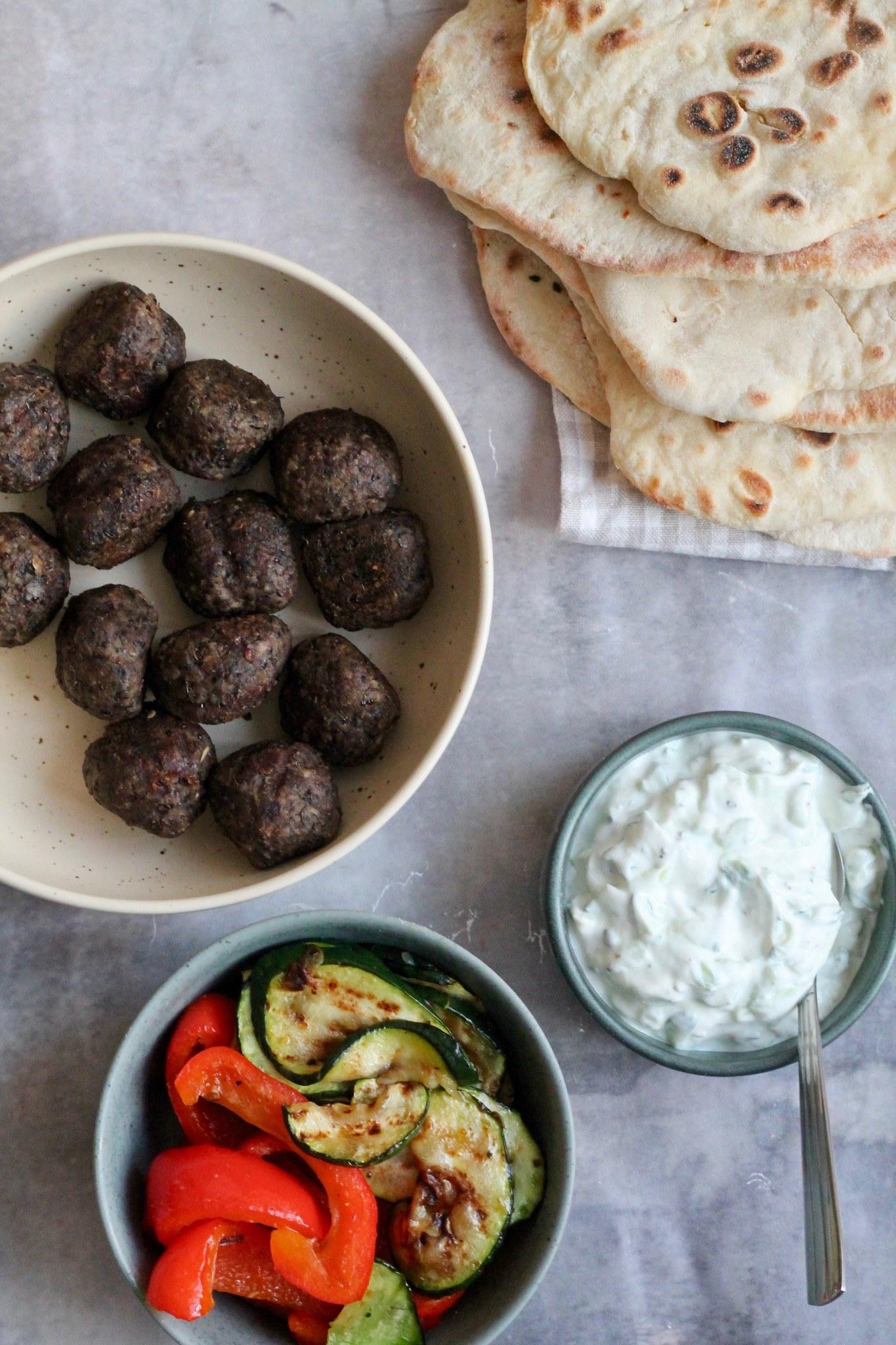 Græske fladbrød med bellugaboller, tzatziki og grillet grønt