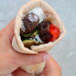 Græske fladbrød med bellugaboller, tzatziki og grillet grønt 7