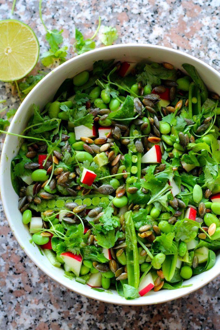 Asiatisk salat med edamame, avocado, græskarkerner og ingefær-koriander-limedressing