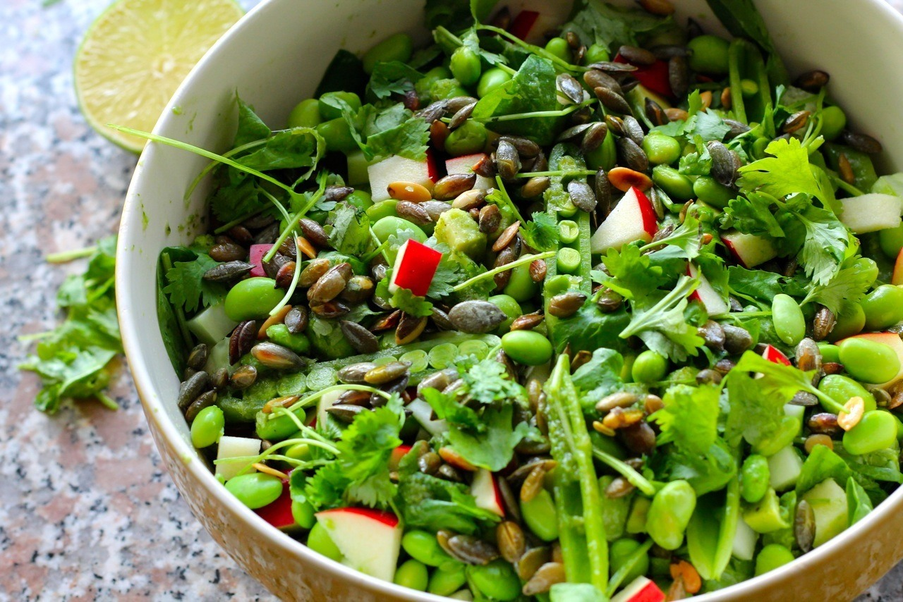 Asiatisk grøn salat med edamame, avocado, græskarkerner og ingefær-koriander-limedressing