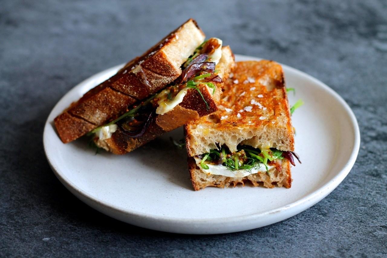 Vegetar toast med gedeost, valnøddepesto og karamelliserede løg