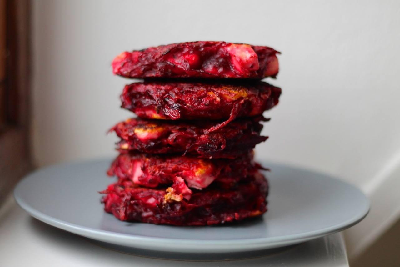 Vegetarbøffer med rødbede og feta