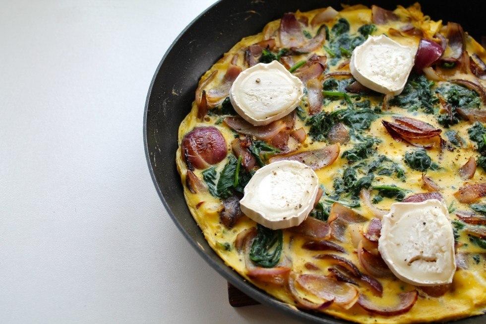 Omelet med spinat, karamelliserede rødløg og gedeost