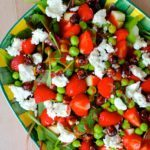Salat med ærter, feta, jordbærdressing og karamelliserede hasselnødder