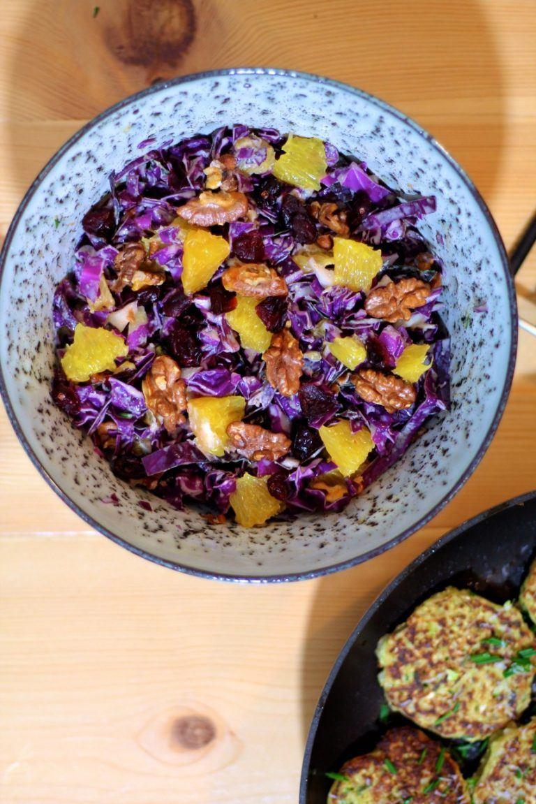 Rødkålssalat med appelsiner, ristede valnødder og tahindressing