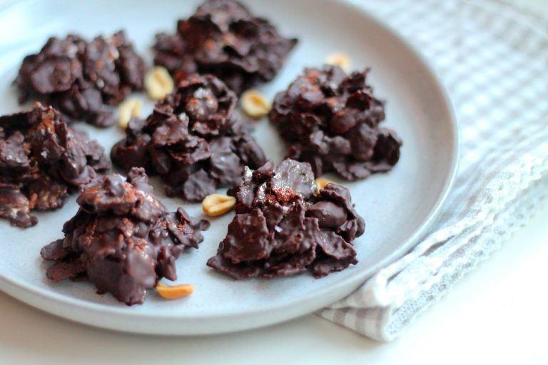 Sundere cornflakestoppe med peanuts og mørk chokolade