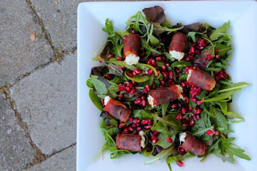 Salat med granatæble og dadler med gedeost og parma