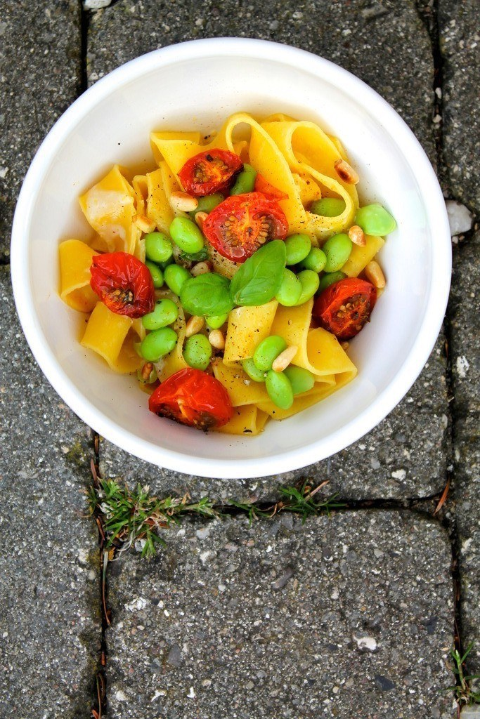 Sommerpasta med citron-flødesauce, edamamebønner og langtidsbagte tomater