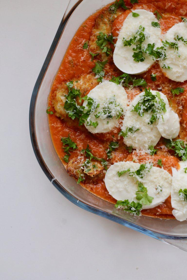 Parmesan paneret kylling med tomatsauce