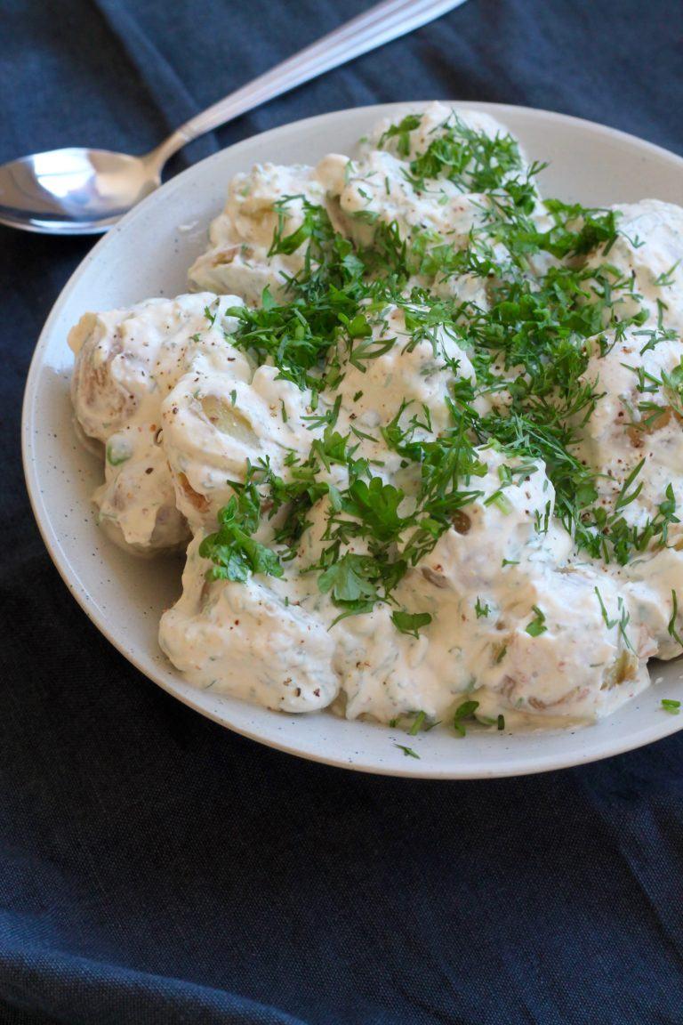 Kold kartoffelsalat med rygeost og ærter
