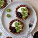 granolatærter med græskar yoghurt og bær